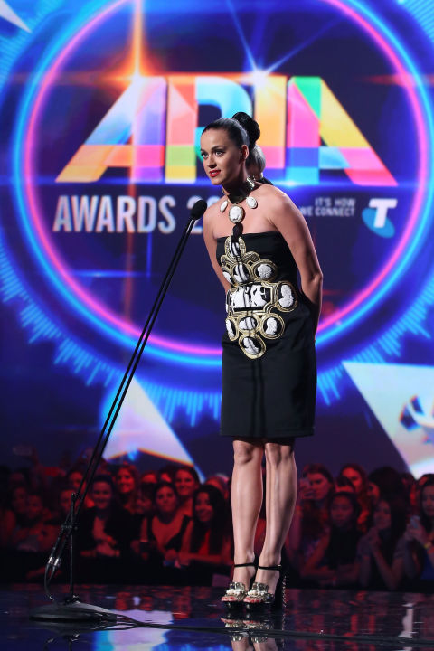 Katy phát biểu tại lễ trao giải Australia's ARIA Award trong bộ váy có hoa văn lạ mắt của KTZ.