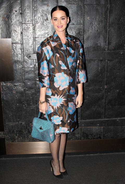 """Katy chụp hình hậu trường của """"Beautiful: The Carole King Musical"""" ở nhà hát Broadway trong áo ngọt ngào của Marni."""