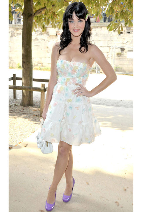 Cuối tháng 9/2008, xuất hiện trong show diễn Xuân – Hạ 2008 của nhà thiết kế Christian Dior, Katy Perry xuất hiện với chiếc váy trắng đính hoa màu pastel và giày cao gót màu tím.