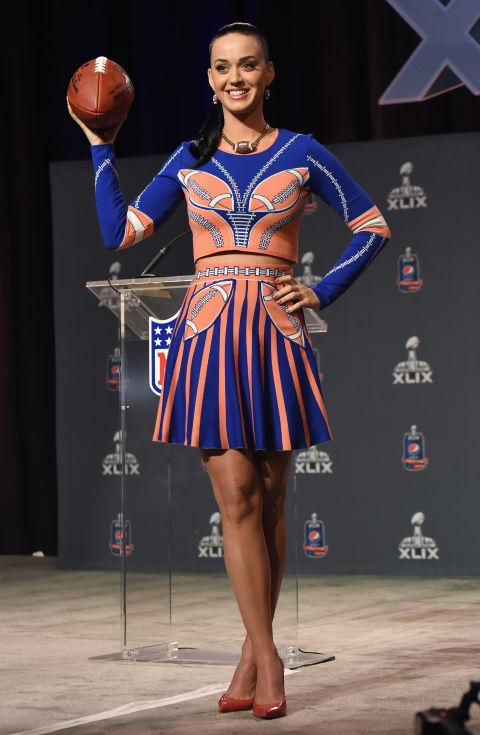 Bộ váy của được lấy cảm hứng từ đồng phục bóng chày được giọng ca Roar mặc trong buổi diễn giải lao trong khuôn khổ giải Super Bowl XLIX tại Phoenix, Arizona,