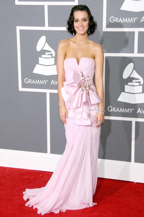 Cũng trong ngày diễn ra sự kiện MTV Europe Music Awards 2008, Katy Perry sau đó xuất hiện cùng trang phục lạ mắt của NTK Jean-Charles de Castelbajac và chiếc xách hình cupcake độc đáo của  Judith Leiber.