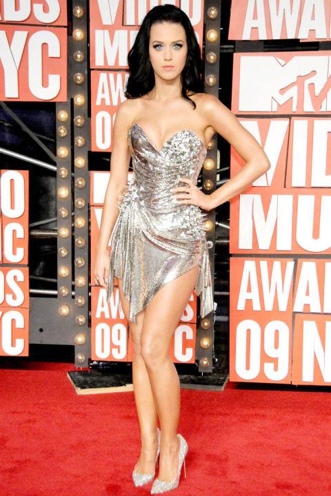 Katy khoe đôi chân dài thẳng tắp với bộ váy ánh kim không đối xứng tại lễ trao giải MTV Music Awards.