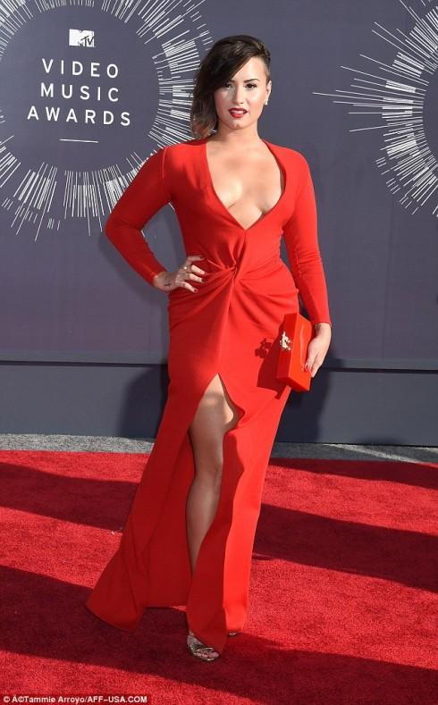 Tại lễ trao giải video âm nhạc của MTV, khán giả hoàn toàn bất ngờ với phong cách gợi cảm của Demi Lovato trong chiếc đầm màu đỏ hiệu Lanvin, khoe trọn khuôn ngực quyến rũ.