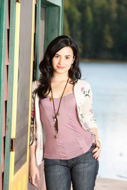 Phong cách thời trang tuổi teen của Demi Lovato là những trang phục nhẹ nhàng như áo 2 dây, quần jeans đơn giản không quá nổi bật.
