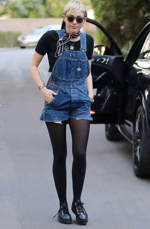 Mang lại sự năng động, tomboy là phong cách stree style thường thấy của Miley mỗi khi ra phố.
