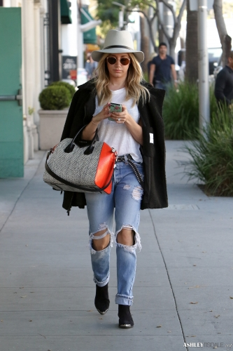 Ashley Tisdale chuộng street style là những trang phục trẻ trung, mang hơi hướng rock chick mạnh mẽ, quần jeans rách, jacket da, boots, túi Givenchy giúp đem đến sự năng động.