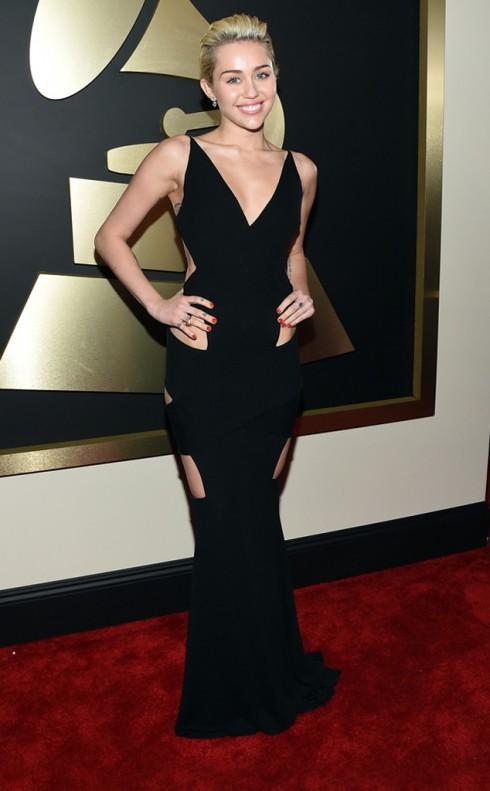 Tham dự lễ trao giải Grammy Awards 2015, Miley xuất hiện với đầm đen bó sát của Alexandre Vauthier, đầy các đường cut-out táo bạo, nhằm tôn lên nét gợi cảm vốn có.