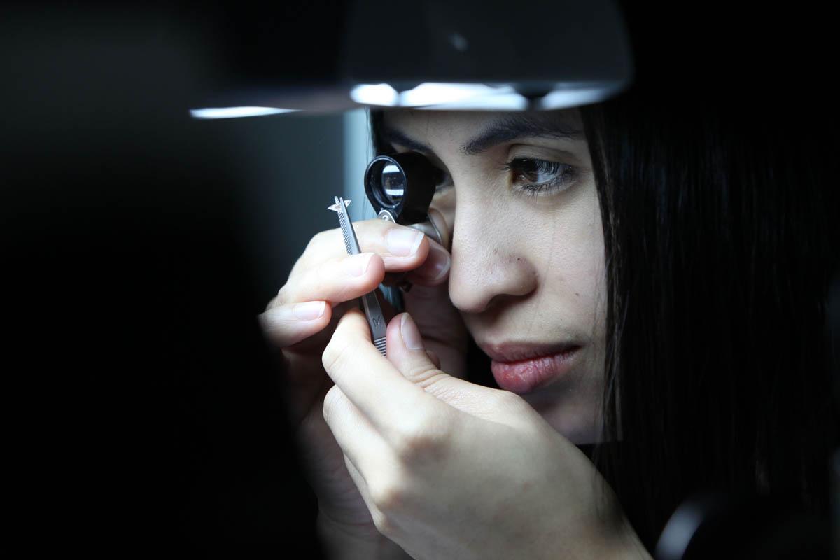 Chuyên gia kiểm tra tuyển chọn đá quý tại Rolex