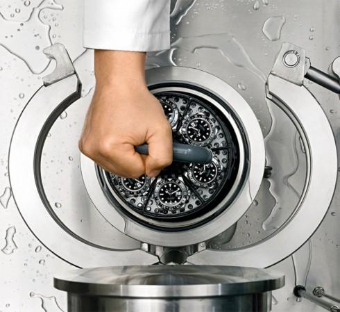 Đồng hồ lặn Rolex được kiểm tra với nước trong bể áp suất
