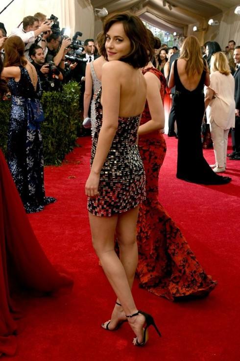 Nữ diễn viên Dakota Johnson mang đôi giày Letya-Strass Xuân Hè 2015 của Bally khi tham dự sự kiện quan trọng này.