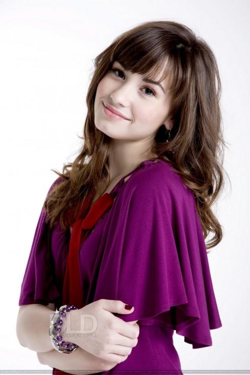 Demi Lovato 2008: Bắt đầu sự nghiệp với mái tóc nâu dài, xoăn lượn sóng, để mái mang lại cái nhìn dịu dàng đầy nữ tính.