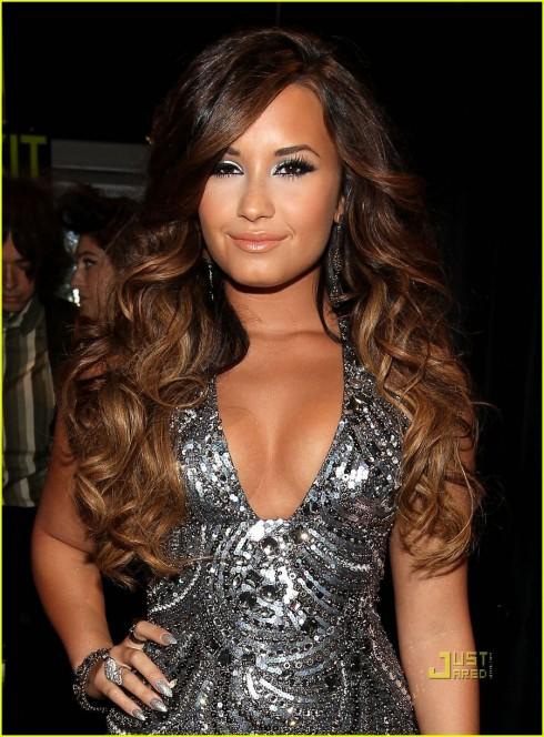 Demi Lovato 2011: Mái tóc của Demi đã nhuộm sang màu nâu hạt dẻ sáng, chỉ giữ màu tóc nguyên thủy phần gốc, theo xu hướng nhuộm ombre. Mái tóc ombre nhẹ này đem lại cho Demi nét trẻ trung, phóng khoáng mà cũng đầy mềm mại.