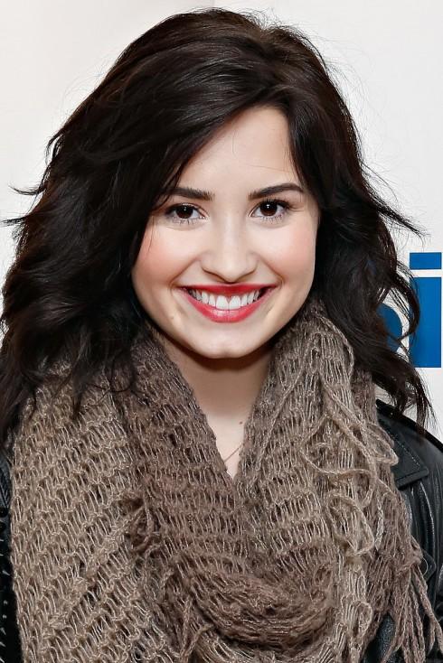 Demi Lovato 2013: Thay thế mái tóc dài bằng kiểu tóc bob ngang vai, gợn sóng tự nhiên, phần mái ôm nhẹ giúp tôn đường thanh tú cho khuôn mặt.