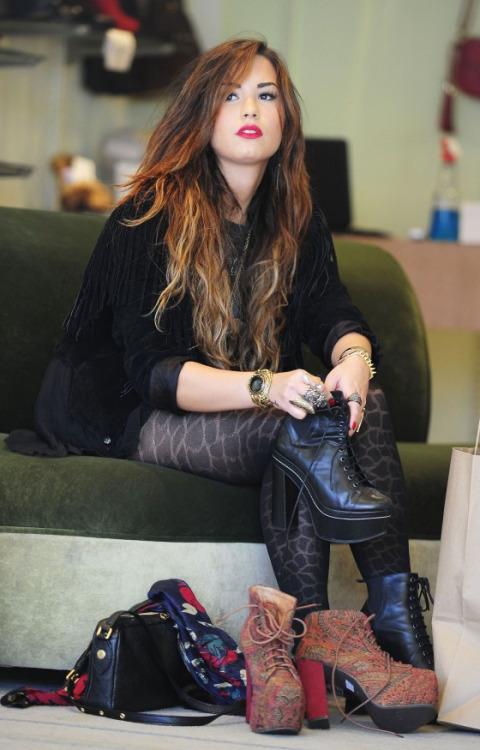 Cô có niềm đam mê với những đôi giày cao gót đế thô dạng bốt