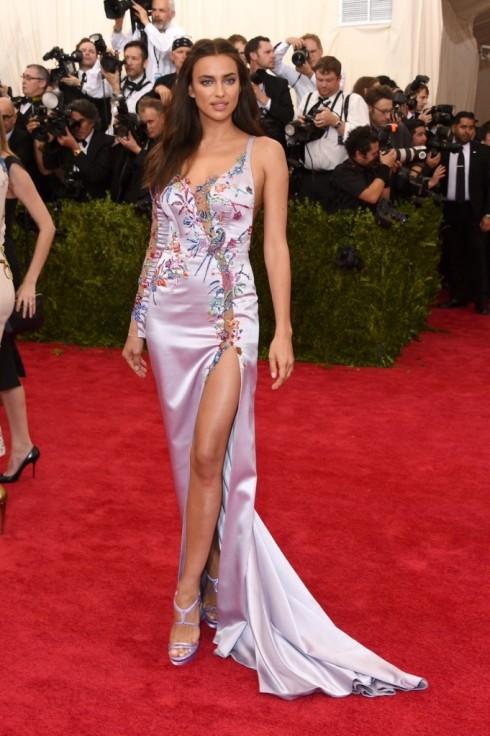 Irina Shayk thật đẹp khi chọn đầm Atelier Versace cho sự kiện quan trọng như Met Ball