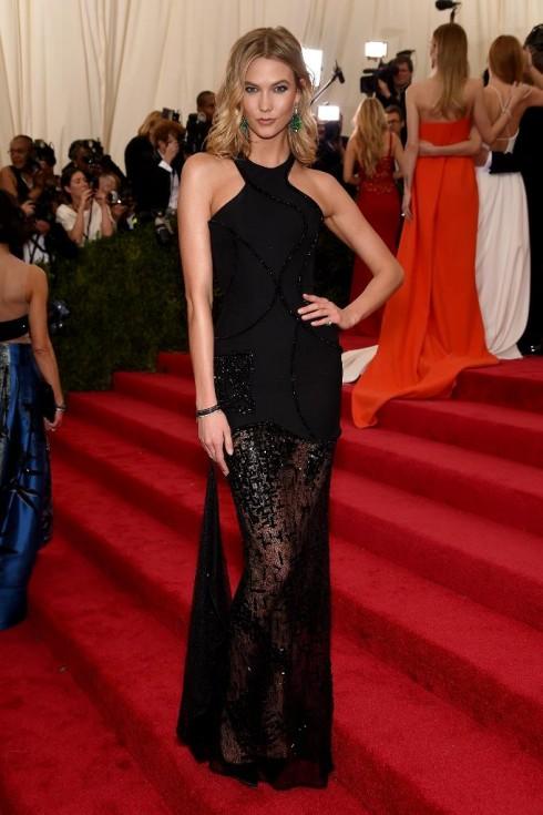 Karlie Kloss xinh đẹp khi chọn đầm Atelier Versace màu đen khi đến dự Met Ball