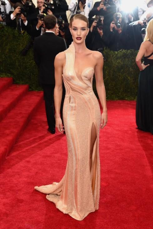 Rosie Huntington-Whiteley thật tuyệt đẹp khi mặc Atelier Versace