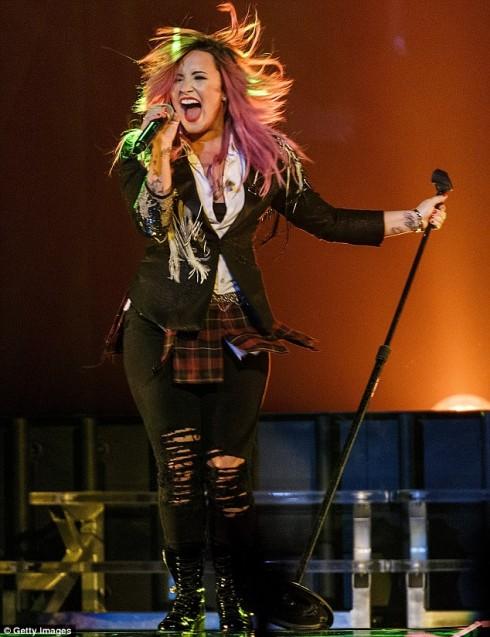 Trang phục biểu diễn của Demi trên sân khấu
