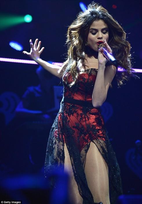Trang phục biểu diễn của Selena Gomez sexy vừa đủ