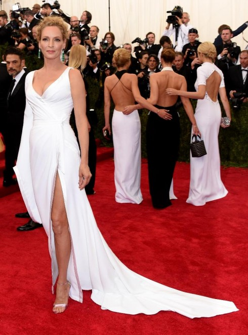 Uma Thurman cũng đã chọn Atelier Versace khi tham dự sự kiện quan trọng này.
