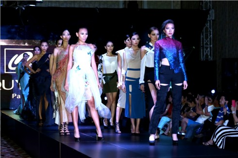 BST Quỳnh Paris trình diễn thời trang trên sân khấu