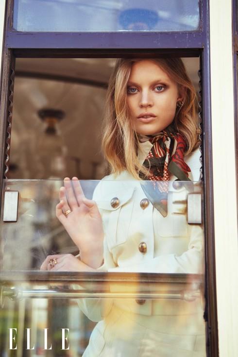 Áo khoác, quần shorts Bermuda và khăn lụa Gucci, Hoa tai Paola Grande, Nhẫn Voodoo Jewels