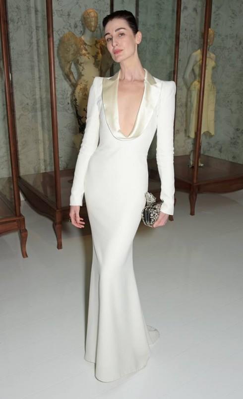 Erin O'Connor mặc chiếc váy sang trọng quyến rũ được làm từ vải satin. Đây là một trong những mấu thiết kế của Pre xuân hè 2013.