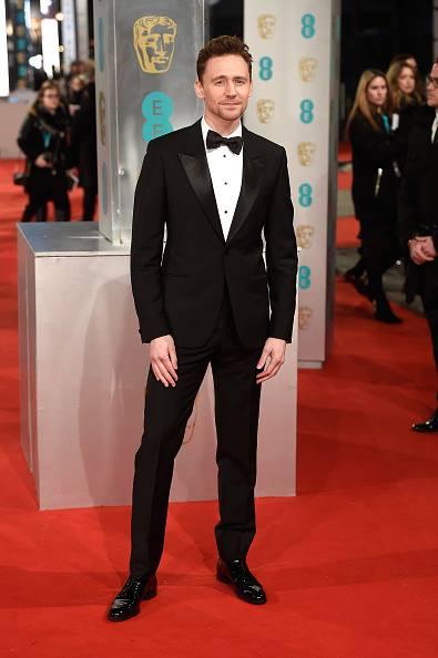 Tom Hiddleston trong lễ trao giải EE British Academy Film Awards cũng chọn McQueen. Đây là một thiết kế trong BST xuân hè 2015.