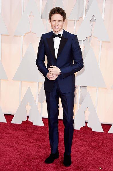 Eddie Redmayne khoác lên mình bộ Bespoke tuxedo màu navy của McQueen đến dự lễ trao giải Academy Awards lần thứ 87 tại Los Angeles, ngày 22/2. Anh chiến thắng giải diễn viên nam xuất sắc nhất.