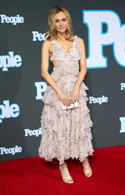 Diane Kruger diện chiếc váy lấy ý tưởng từ những bông hoa anh đào nở rộ. Đây là một thiết lế trong BST xuân hè 2015 cố gắng tạo hiệu ứng 3D bồng bềnh ở phần đuôi váy.