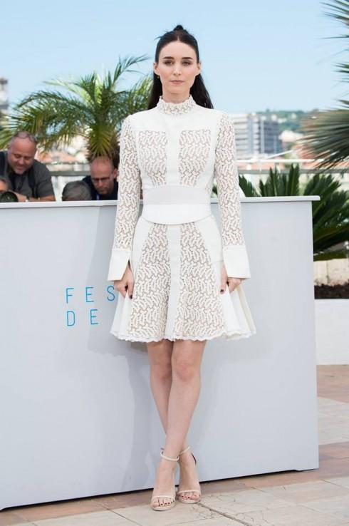 Rooney Mara đơn giản tinh tế với mẫu thiết kế trong BST thu đông 2015- chiếc váy Broderie Anglaise trong Cannas Film Festival lần thứ 68 ngày 17/5.