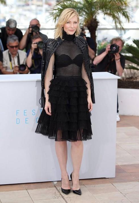 Cate Clanchett đẹp mặn mà với chiếc váy trong suốt đi kèm với áo khoác da trong BST thu đông 2015 tại Cannas Film Festival được tổ chức tạp Pháp ngày 17/5.