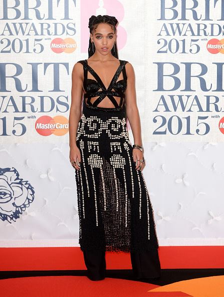 FKA twigs cá tính với bộ váy cắt xẻ gợi cảmđi kèm đôi giày phong cách Sakura đến dự BRIT Awards tại London ngày 25/2