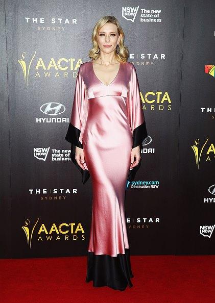 Kate Blanchett nổi bật trong bộ váy thiết kế theo phong cách kimono-một mẫu thiết kế trong BST xuân hè 2015 của McQueen. Blanchett đến dự AACTA-sự kiện truyền hình phim ảnh của Úc lần thứ 4 tại Sydney.