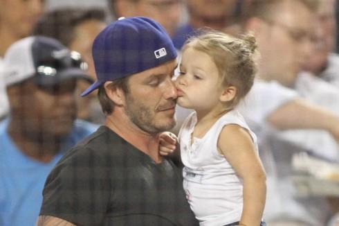Thỉnh thoảng David Beckham cũng bế Harper đi xem các trận đấu thể thao.