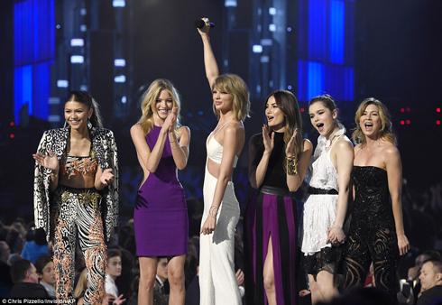 Đồng thời cũng trong buổi tối 17/5, Taylor Swift cũng vừa chính thức cho lên sóng MV single mới nhất - Bad Blood, mở màn cho lễ trao giải Billboard Music Awards 2015.