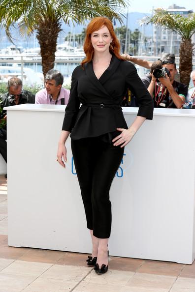 Nữ diễn viên Christina Hendricks chọn cho mình chiếc áo vest đen phối đồ cùng quần tây đen, và sử dụng chiếc dây lưng tạo đường nét cho cơ thể.