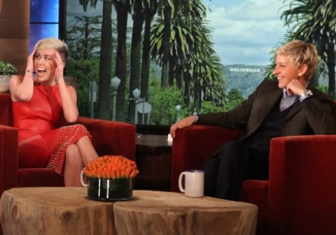 """Miley kinh ngạc với bữa tiệc độc thân mà """"dì Ellen"""" chuẩn bị cho mình."""