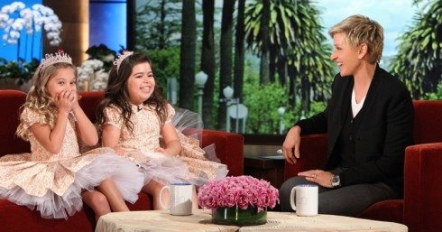 Hai cô bé rạng rỡ khi được mời đến chương trình The Ellen Show.