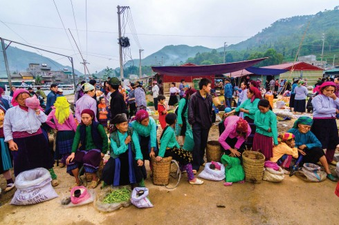 Đồng bào khắp nơi tụ họp về phiên chợ sớm