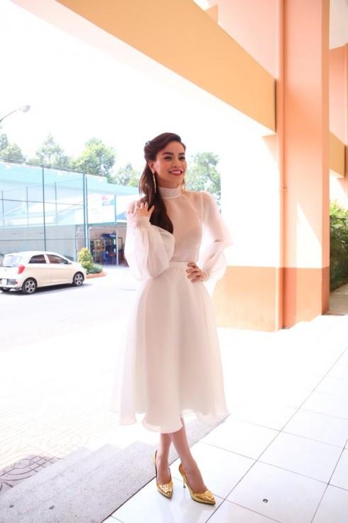 Hồ Ngọc Hà lại chọn tông màu trắng đầy nữ tính cho bộ trang phục của mình