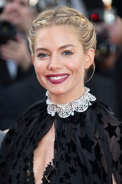 Sienna Miller chọn màu môi tím hoàn hảo