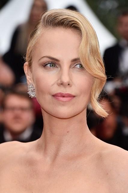 Charlize Theron sang trọng với tóc mái uốn nhẹ 1 bên và make up tự nhiên