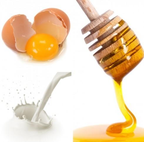 Mặt nạ lòng đỏ trứng gà, mật ong và sữa tươi
