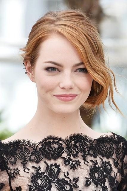Làn da trắng như sứ của Emma Stone được tôn lên nhờ lớp nền tự nhiên và màu tóc nâu sáng