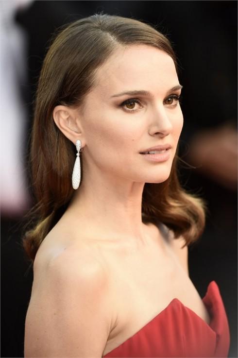 Natalie Portman chọn make up màu nude và kiểu tóc giản dị nhưng vẫn rất trang nhã