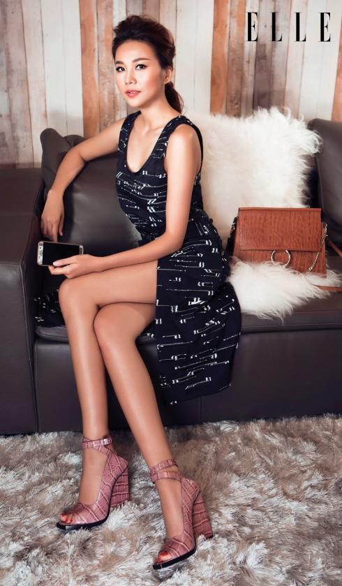 Đầm và giày Jil Sander. Túi Chloé. Điện thoại Galaxy S6 Edge