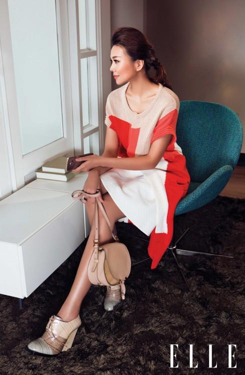 Áo len dài Raoul. Váy Karen Millen. Giày Jil Sander. Túi Chloé. Điện thoại Galaxy S6 Edge