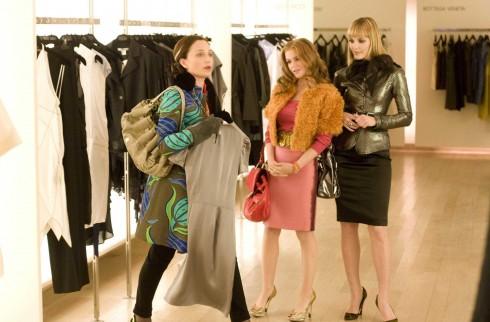 Áo khoác kiểu blazer màu metal, khăn quàng voan cao cấp và thắt lưng da bản lớn, chân váy bút chì thể hiện cá tính mạnh