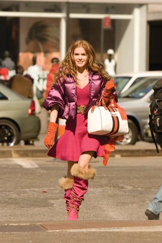 Đầm Zac Posen, thắt lưng Todd Oldham, áo khoác Dress Code, Japan boots và khăn của Gucci được thắt làm điệu phần quai túi.